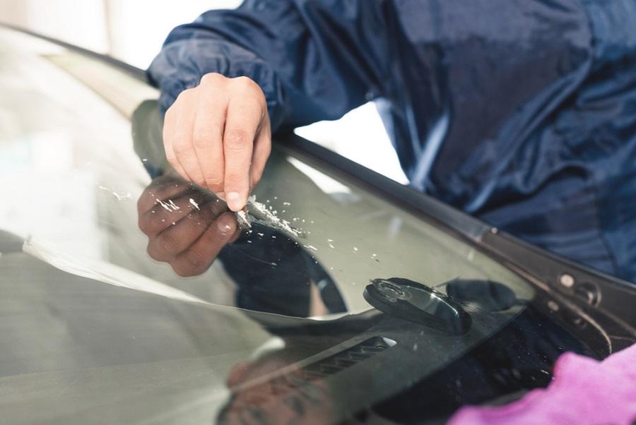 Autóüveg csere vagy autóüveg javítás? A sérülés jellege dönti el, melyikre van szükség!